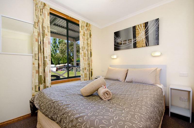 BelfastCove-Deluxe-2Bedroom-Cabins-Bedroom